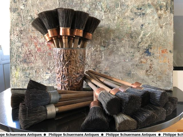a big set of 30 pieces of vintage paint brushes for sell